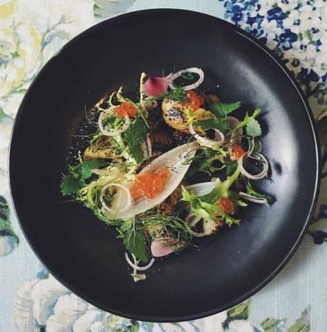 Potatoes, salmon caviar, garlic purée confit.